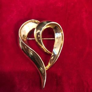 Jewelry - Nice size Heart pin in gold color
